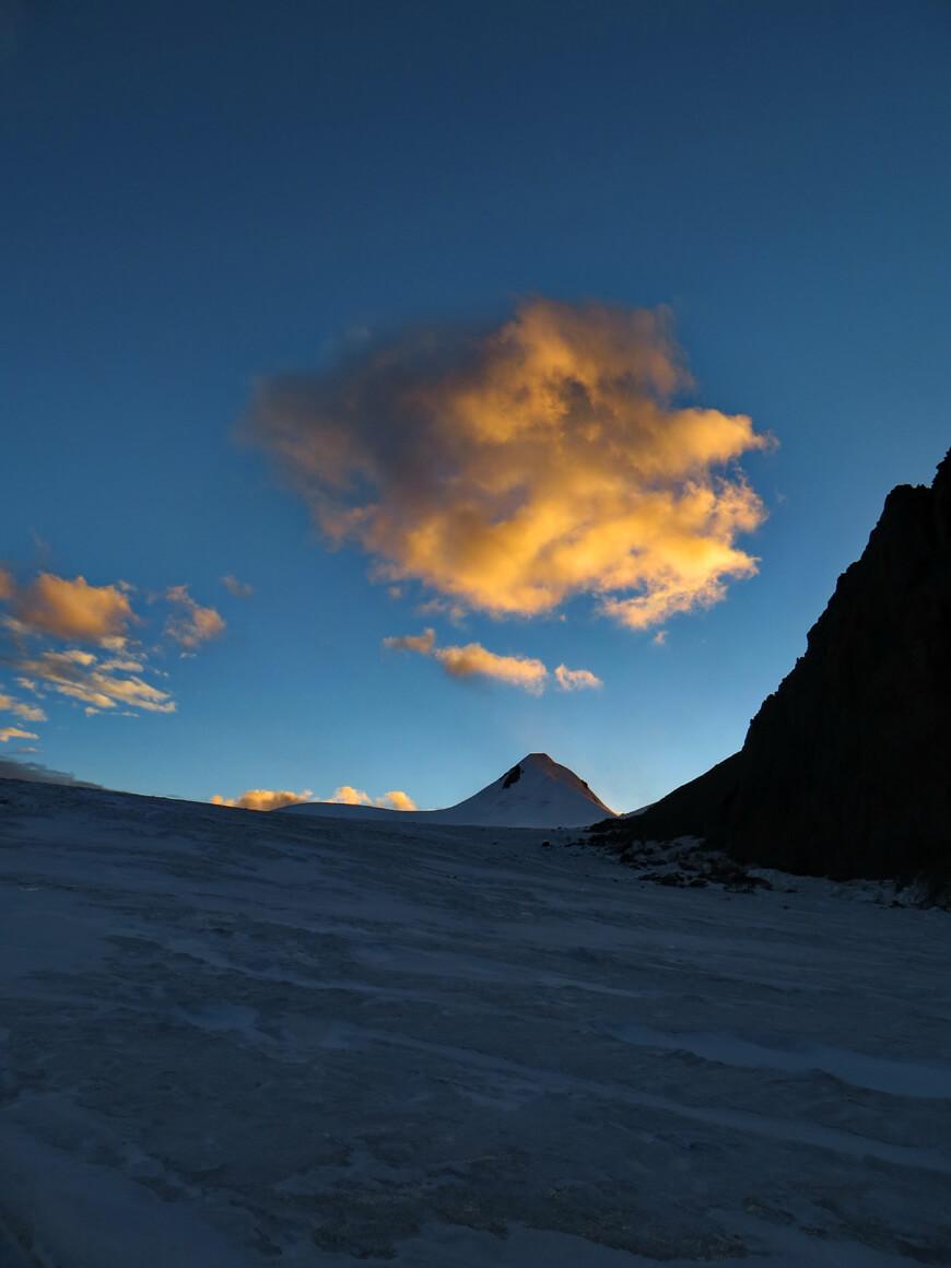 пик Актау, ледник Корженевского