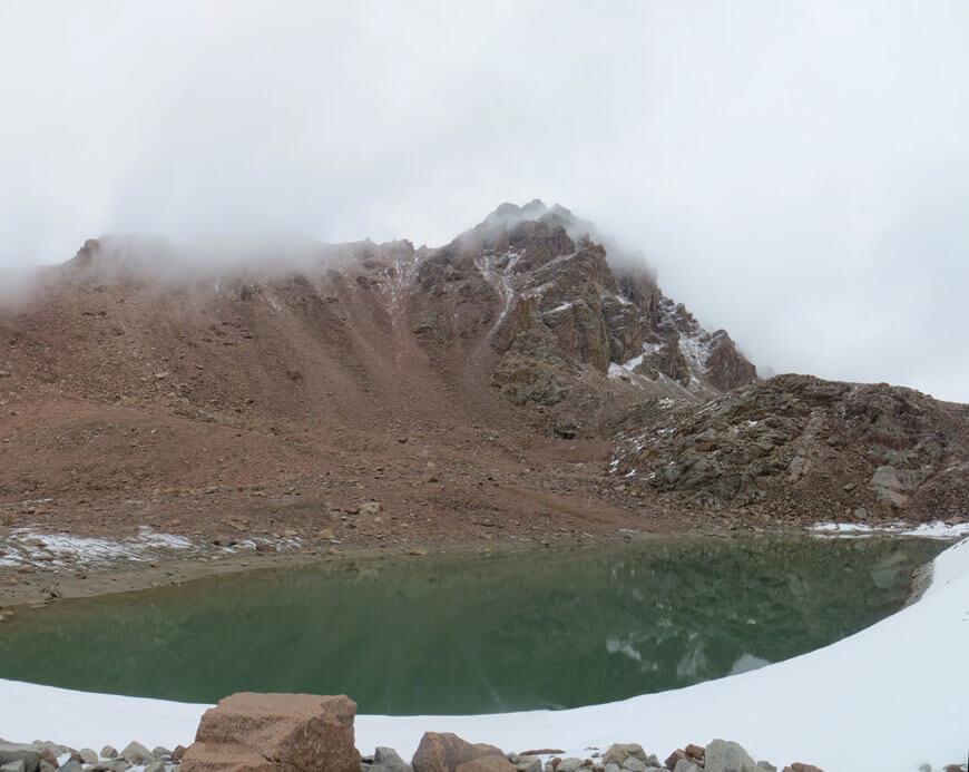 озеро на боковой (северной) морене ледника Макаревича. Скальная вершина - пик Жалпак 4198 м.