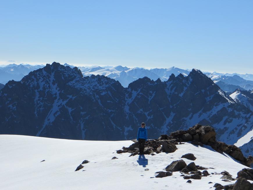 Вид на траверс южной и северной вершин с пика Айкольтау