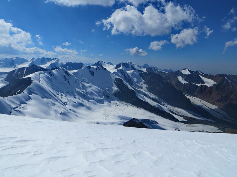 Слева - ледник Шокальского, цирк Среднего Талгара