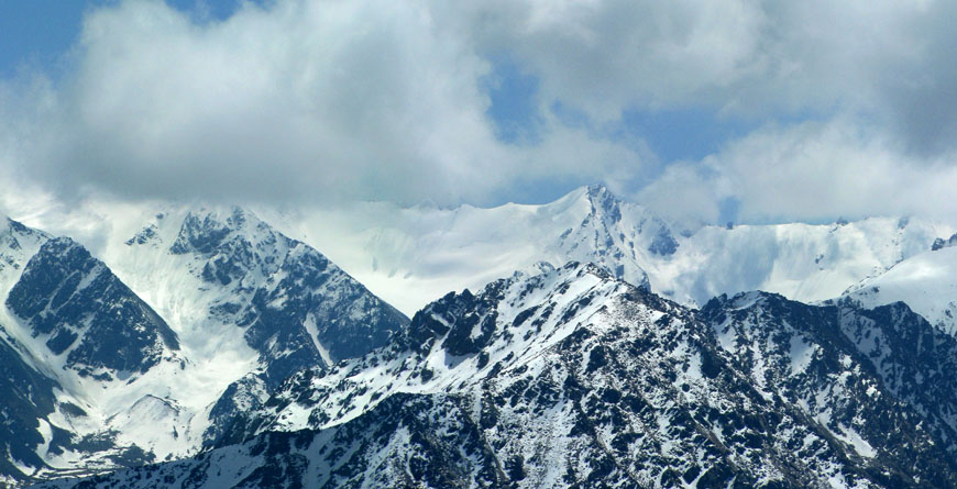 Слева - скрыт облаками пик 4192, в центре - пик 4104. На ближнем плане скальные пики 3619 и 3628. Вид с Крестовой.
