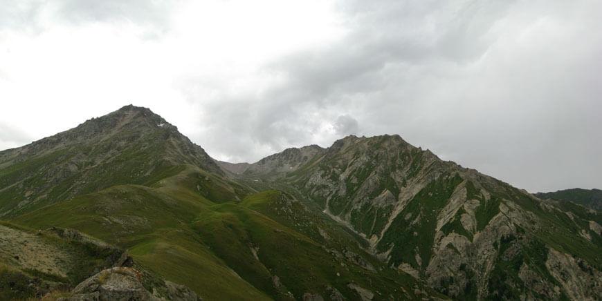 """Вид на Висячую долину, перевал и 2 пика близнеца. По зеленой """"полочке"""" идет тропка"""