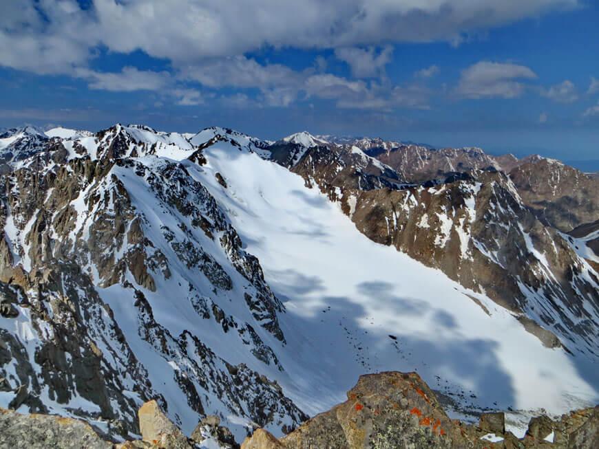 вид с пика Жастар на ледник Каргалинский и пики Гагарина и Узловой