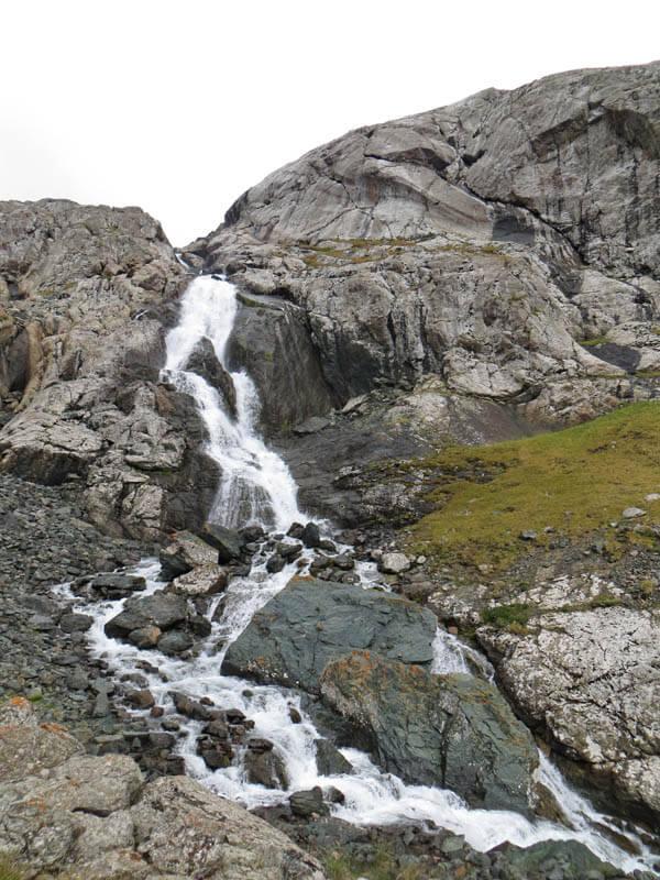 Водопад, озеро Алакёль