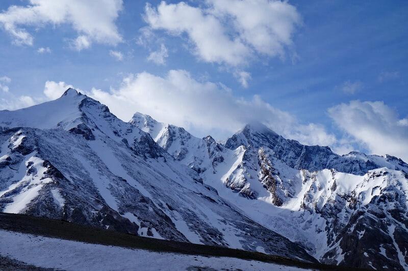 Слева направо пики: Игла 3700 м, Енбек 3800 м, Сайрам 4238 м.