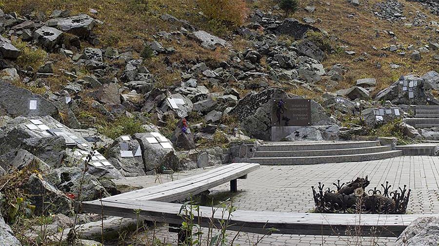 Мемориал погибшим в горах Алматы