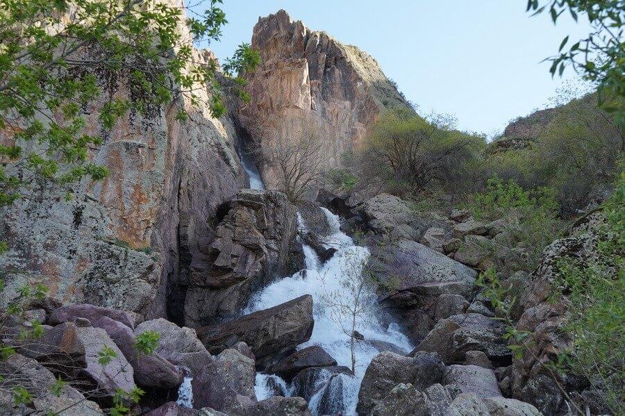 gory-Karjantau, vodopad